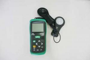 実際に現場で使用されている照度測定器