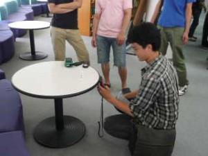 学生による照度測定の様子